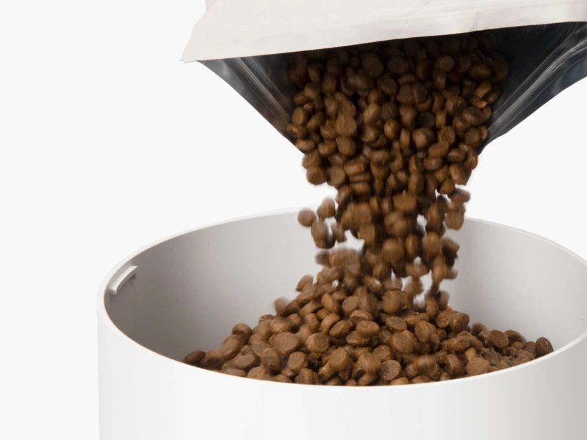 Grand réservoir pouvant contenir ± 1,2kg (42oz) d'aliment sec pour chats